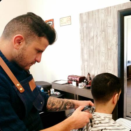 Raul cortando el pelo