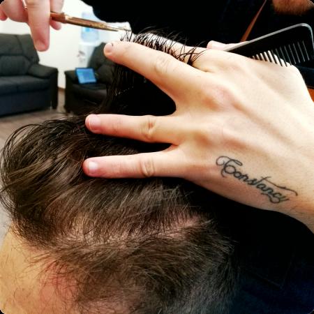 Raul cortando tatuaje